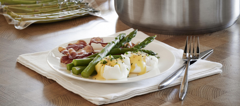 POACHED EGGS WITH HOLLANDAISE SAUCE